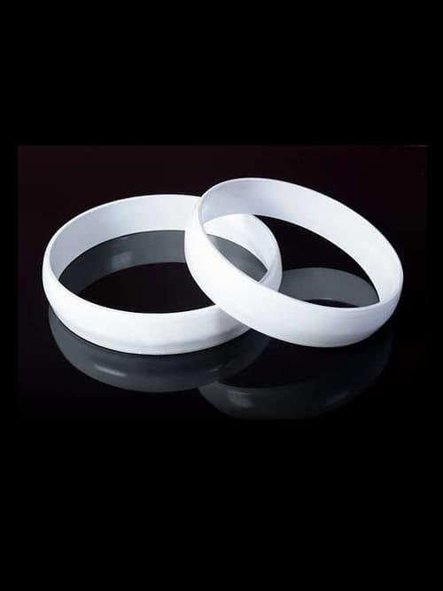 Лаконичные свадебные кольца на машину, оформленные плотной белой тканью.