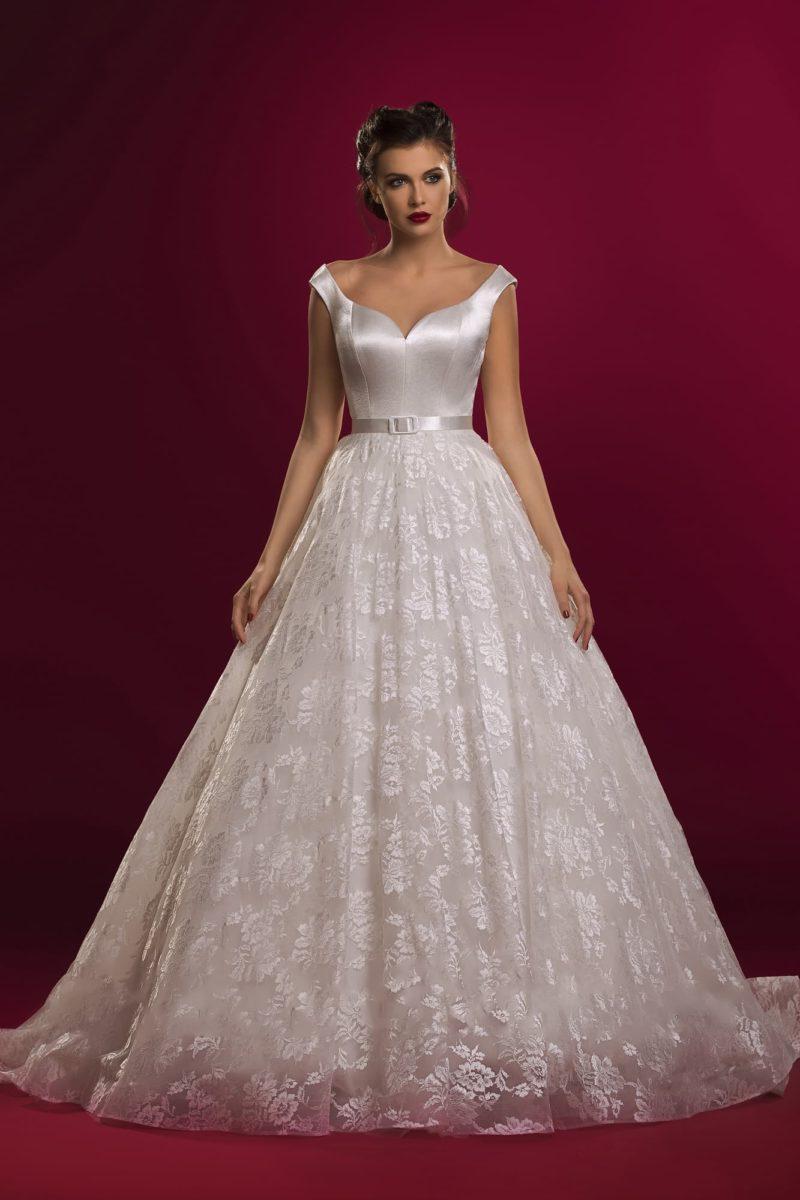 Великолепное свадебное платье с женственным атласным корсетом и кружевной многослойной юбкой.