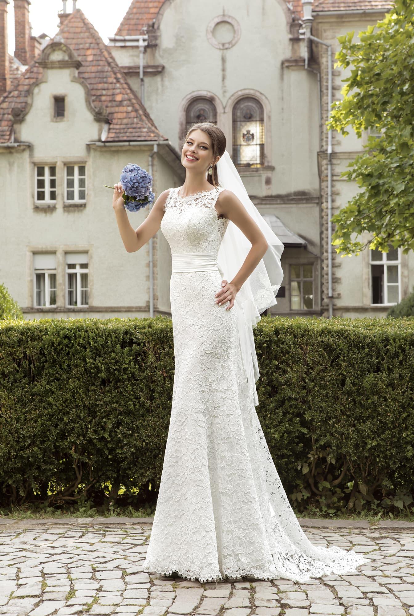 Свадебное платье «рыбка» с широким поясом из атласа и глубоким V-образным  декольте 05549d83485