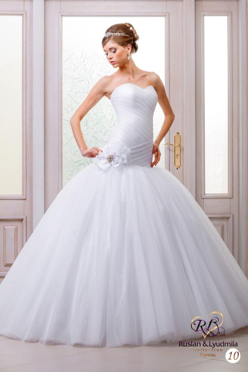 Деликатное свадебное платье с драпировками по верху и многослойной воздушной юбкой.