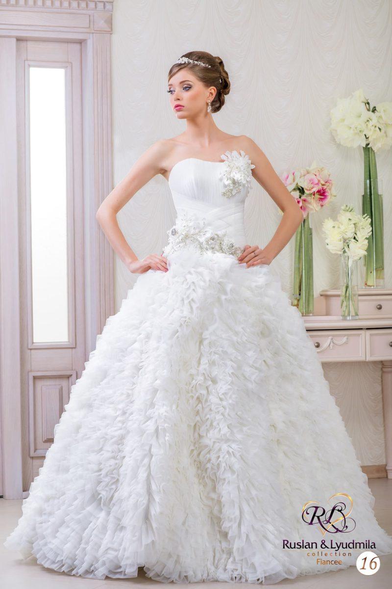 Свадебное платье с элегантным корсетом и кокетливым декором юбки из оборок.