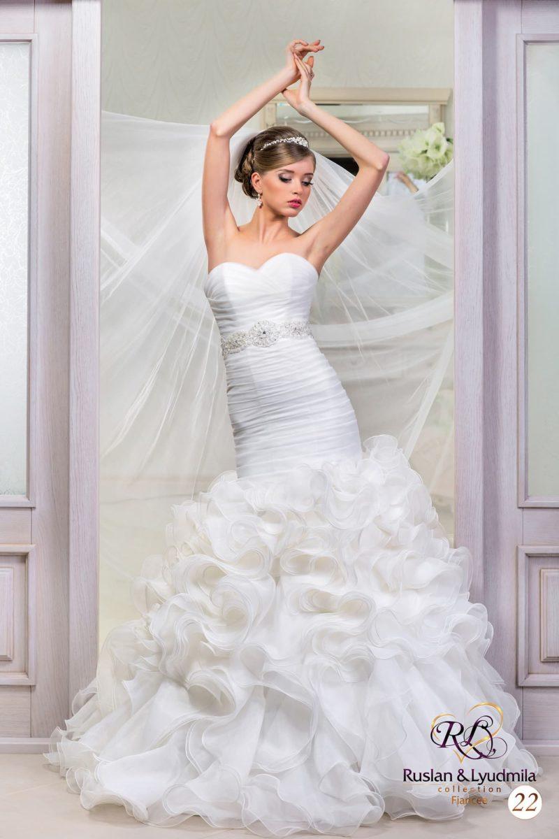 Свадебное платье «рыбка» с атласным корсетом, покрытым драпировками, и пышным низом.