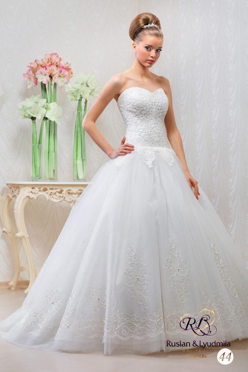 Пышное свадебное платье с фактурным открытым корсетом и юбкой с аппликациями.