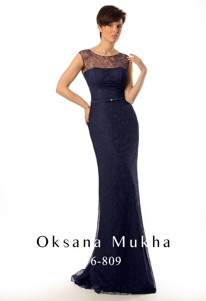 Женственное вечернее платье синего цвета с округлым вырезом и стильным декольте на спинке.
