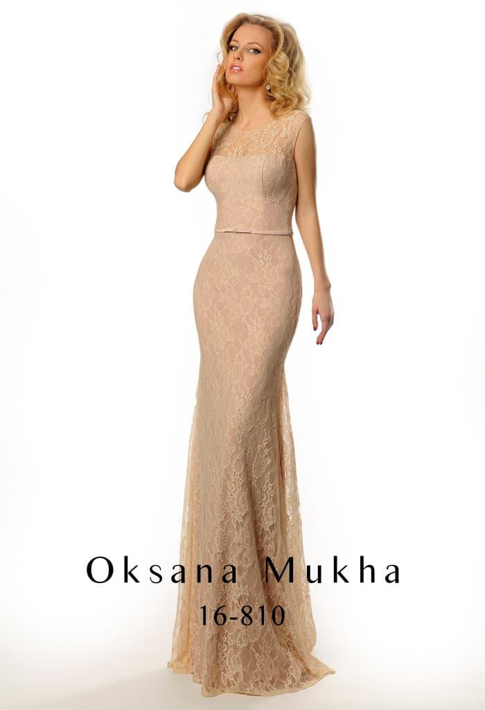 Закрытое вечернее платье с кружевным декором и элегантным небольшим шлейфом сзади.