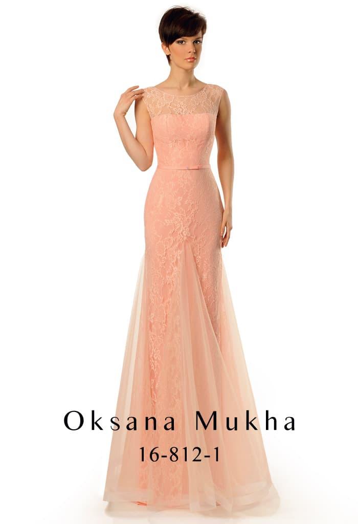 Персиковое вечернее платье с тонкими вставками по подолу и изящным вырезом на спинке.
