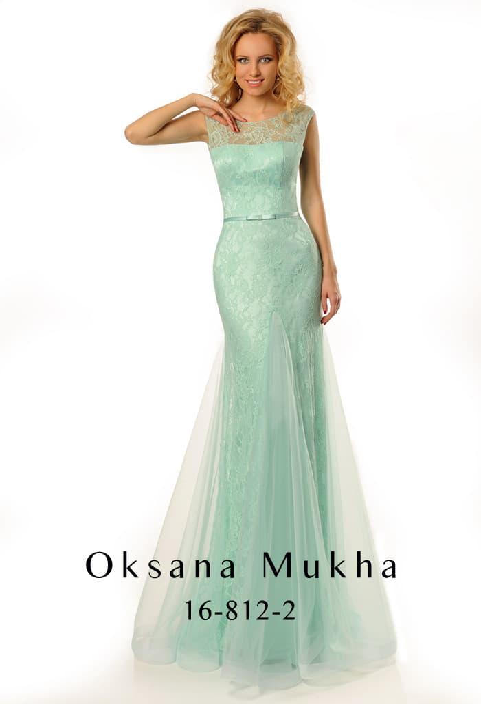 Стильное вечернее платье мятного цвета с кружевным декором и глубоким вырезом на спине.
