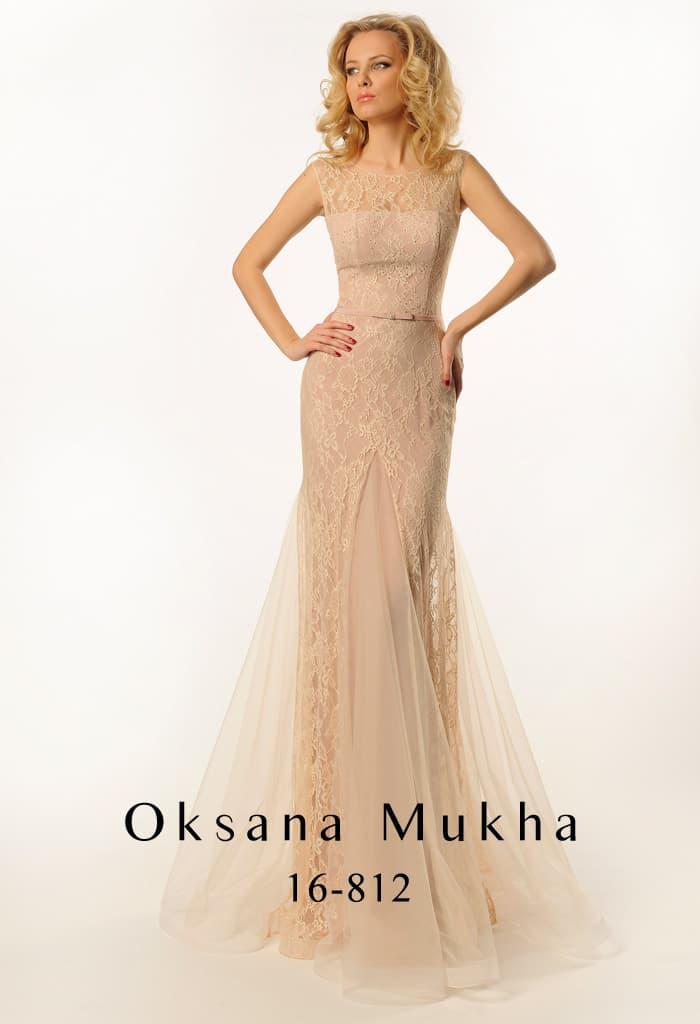 Закрытое вечернее платье бежевого оттенка, украшенное кружевом и тонкими вставками.