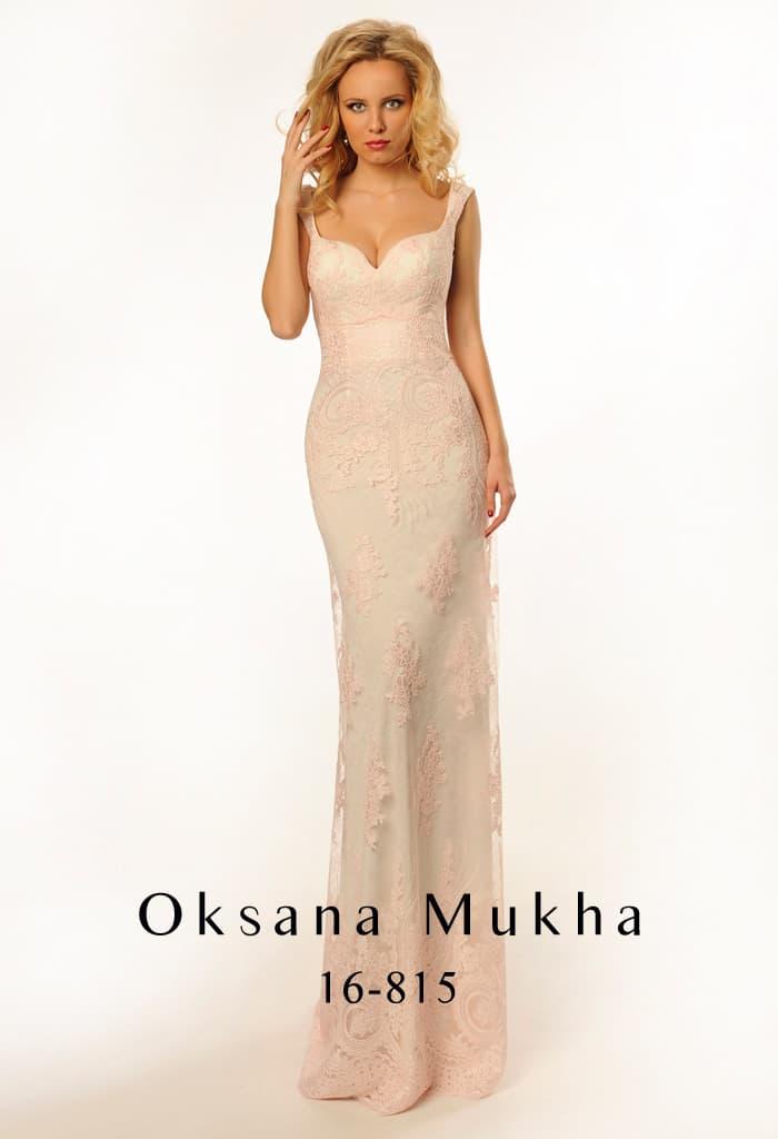 Элегантное бежевое вечернее платье с лифом в форме сердца и глубоким декольте сзади.