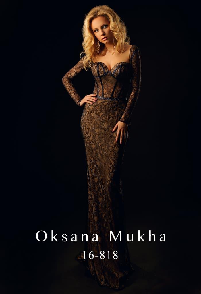Облегающее вечернее платье, покрытое черным кружевом, с длинным рукавом и открытой спинкой.