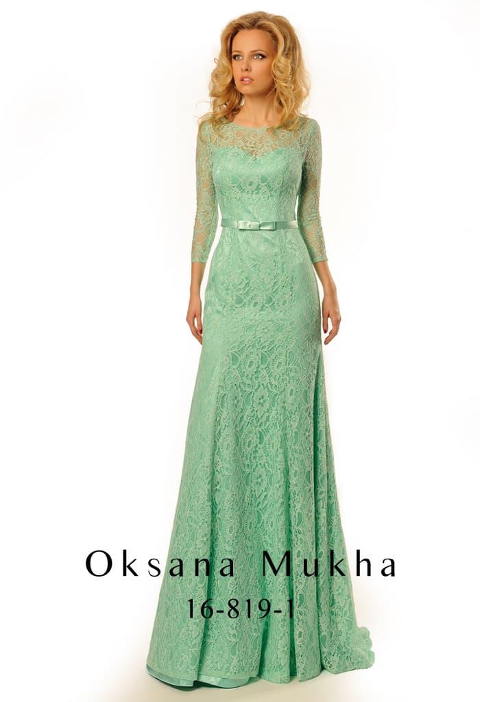 Вечернее платье мятного цвета с узким атласным поясом, длинным рукавом и кружевным декором.