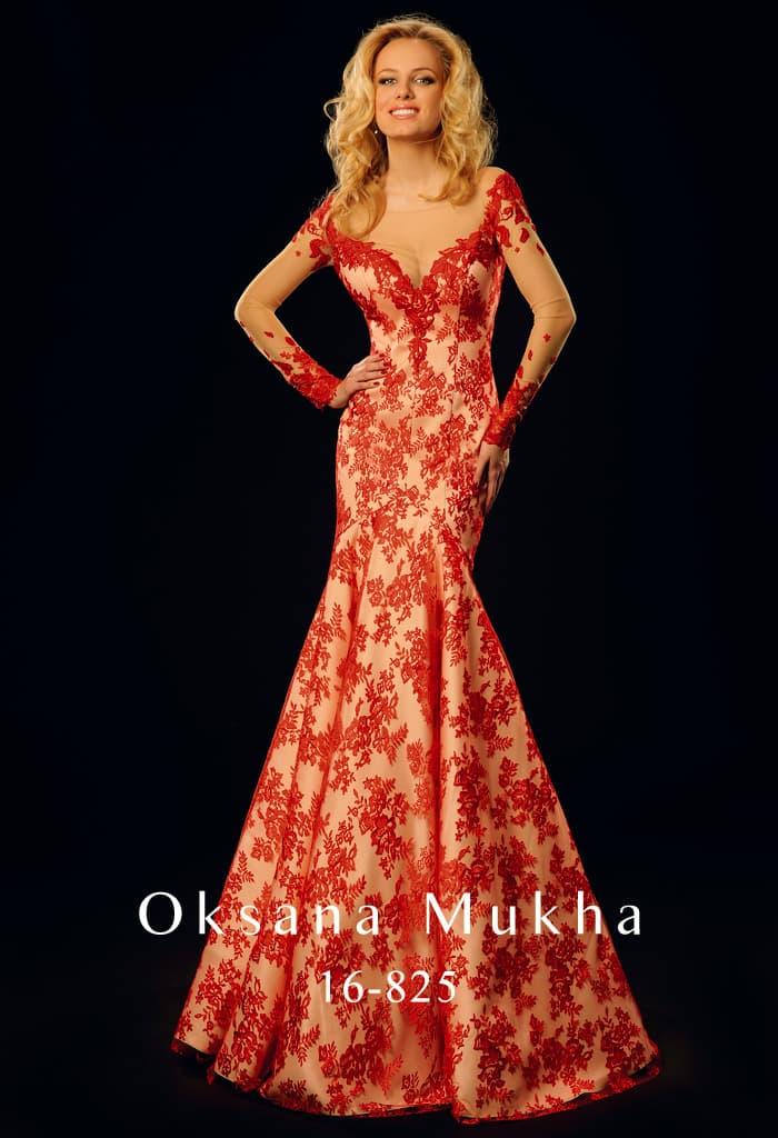 Вечернее платье «рыбка» с атласной подкладкой, украшенной алыми кружевными аппликациями.