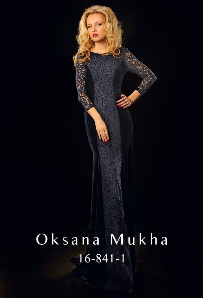 Драматичное вечернее платье, оформленное плотным кружевом, с округлым вырезом и длинным рукавом.