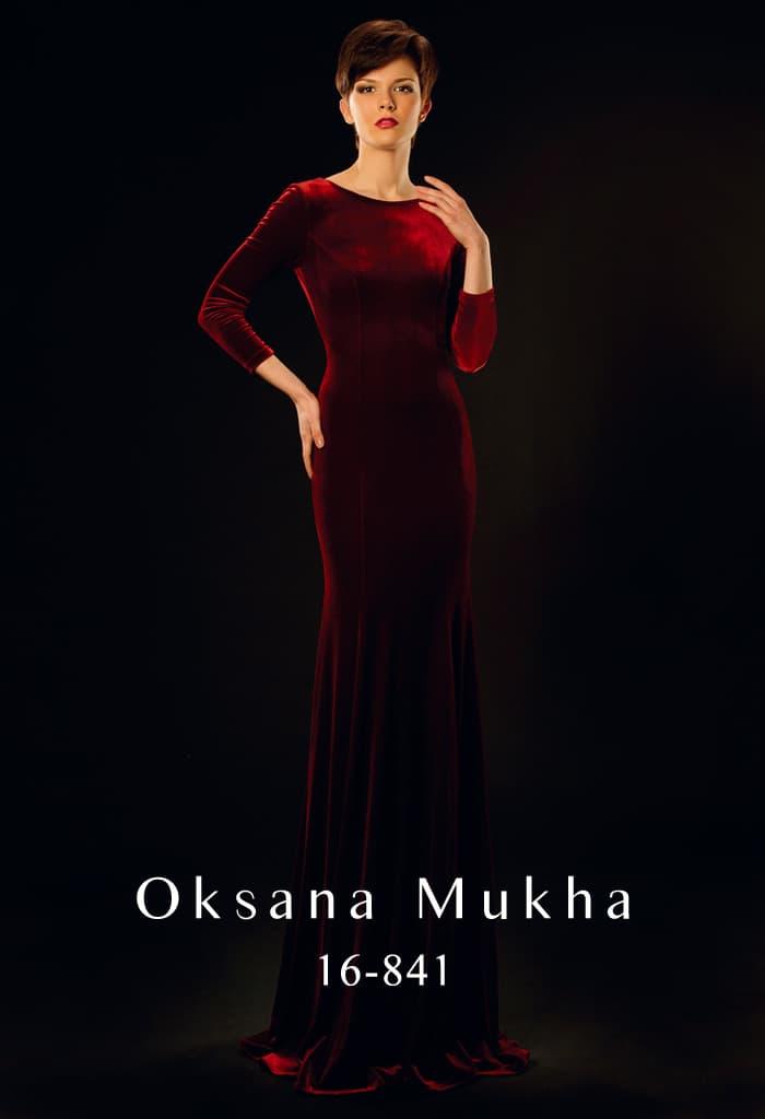 Облегающее вечернее платье из красной бархатной ткани, с открытой спинкой и длинным рукавом.