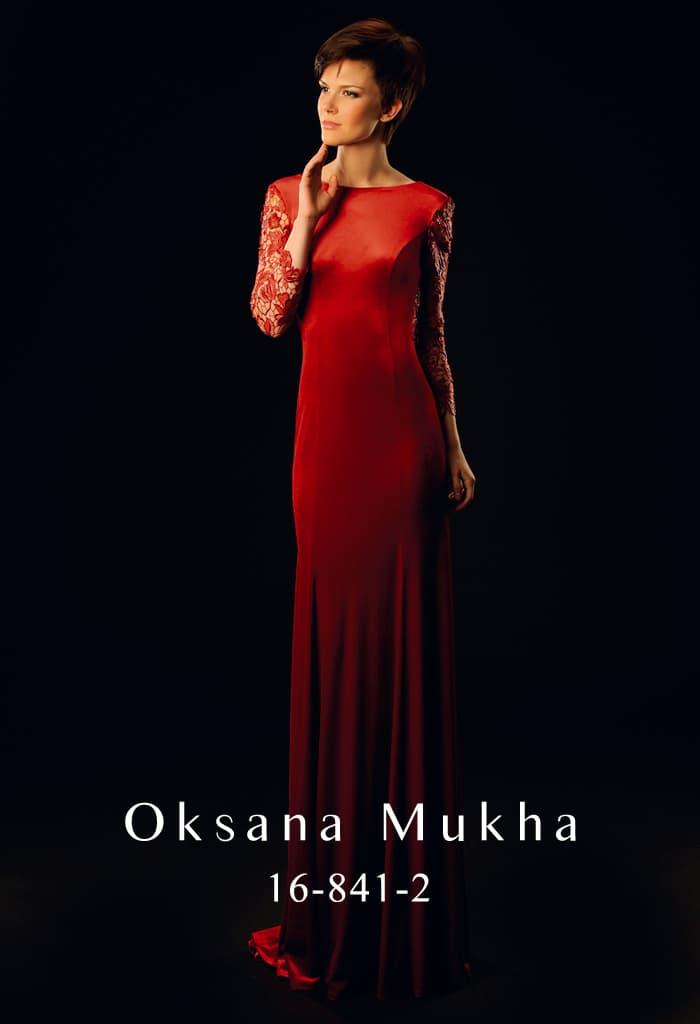 Закрытое вечернее платье алого цвета с глубоким вырезом на спинке и кружевными рукавами.