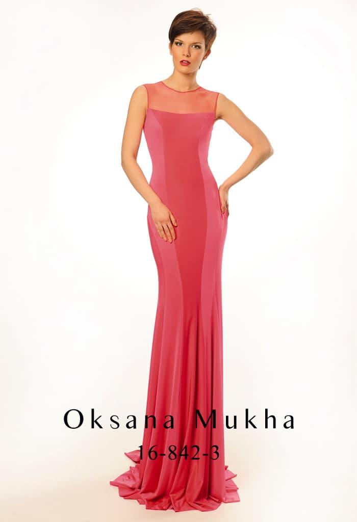 Коралловое вечернее платье из эластичной ткани с элегантным небольшим вырезом на спине.