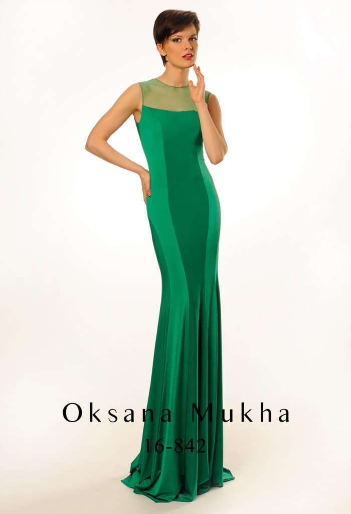 Изумрудное вечернее платье из эластичной ткани с округлым вырезом и открытой спинкой.