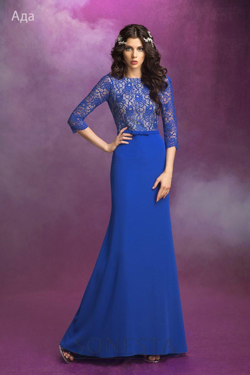 Прямое свадебное платье с длинными кружевными рукавами, выполненное в синем цвете.