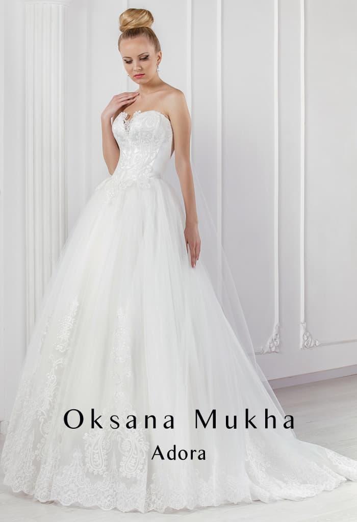 Открытое свадебное платье пышного силуэта с элегантным кружевным корсетом и шлейфом сзади.