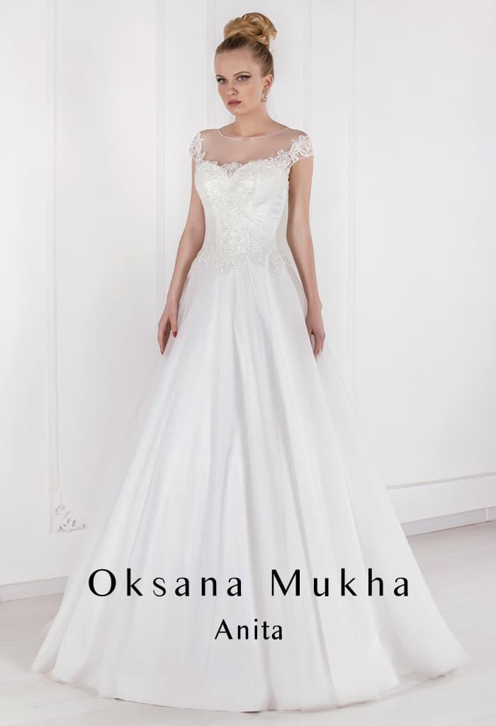 Стильное свадебное платье А-силуэта с тонкой вставкой над лифом.