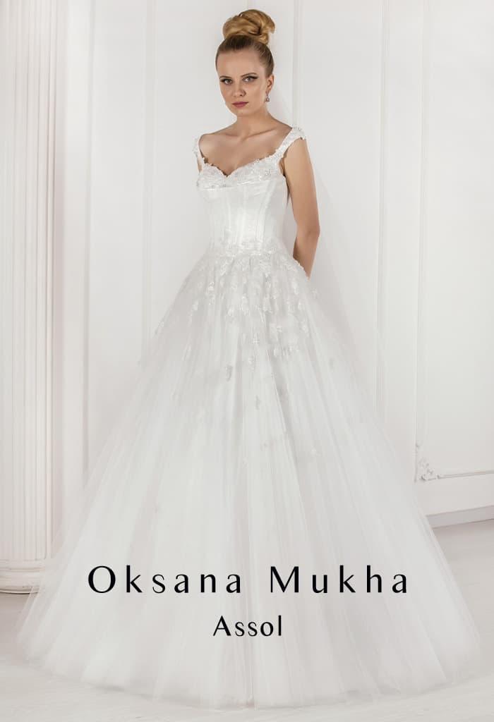 Фактурное свадебное платье кроя «трапеция» с открытым лифом и объемным декором подола.