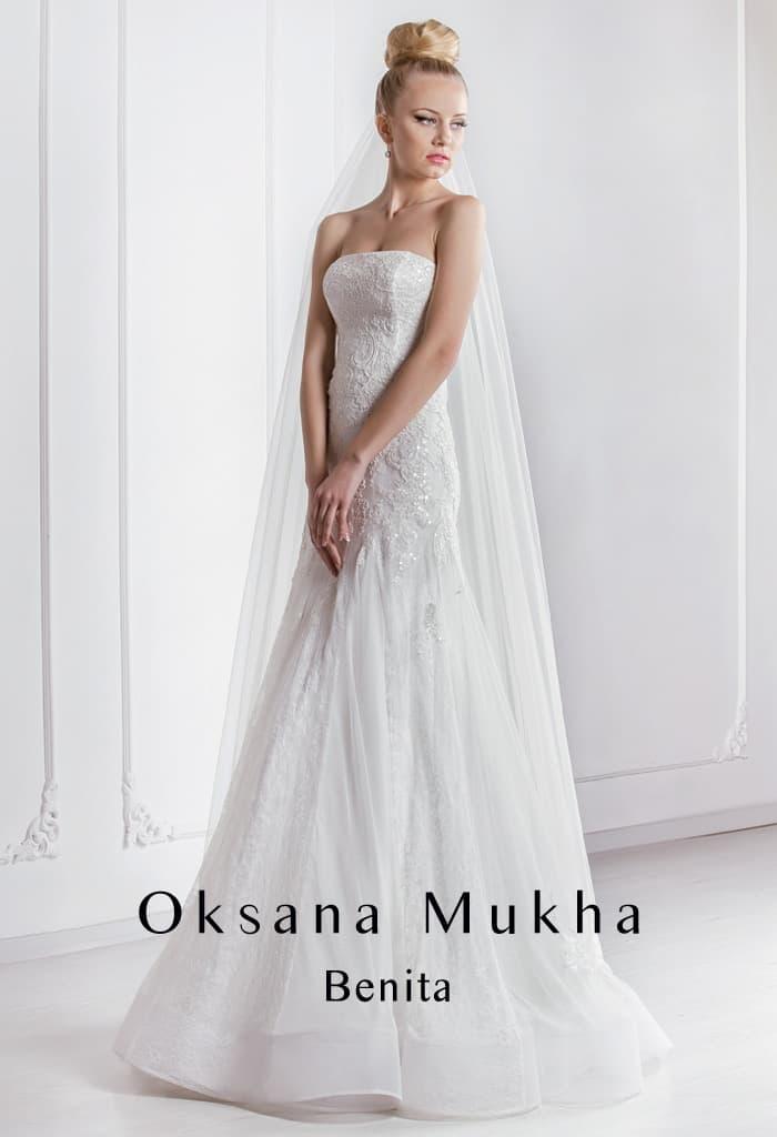 Утонченное свадебное платье с прямой линией декольте и кружевным декором.