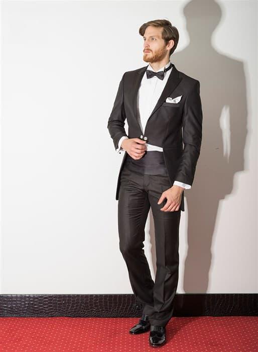 ▶▶Свадебный мужской костюм черного цвета с элегантным фраком и зауженными брюками с широким поясом ☎ +7 495 724 26 05 ▶▶ Свадебный центр Вега Ⓜ Петровско-Разумовская