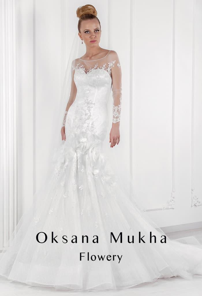 Драматичное свадебное платье «рыбка» с объемными бутонами по середине подола.