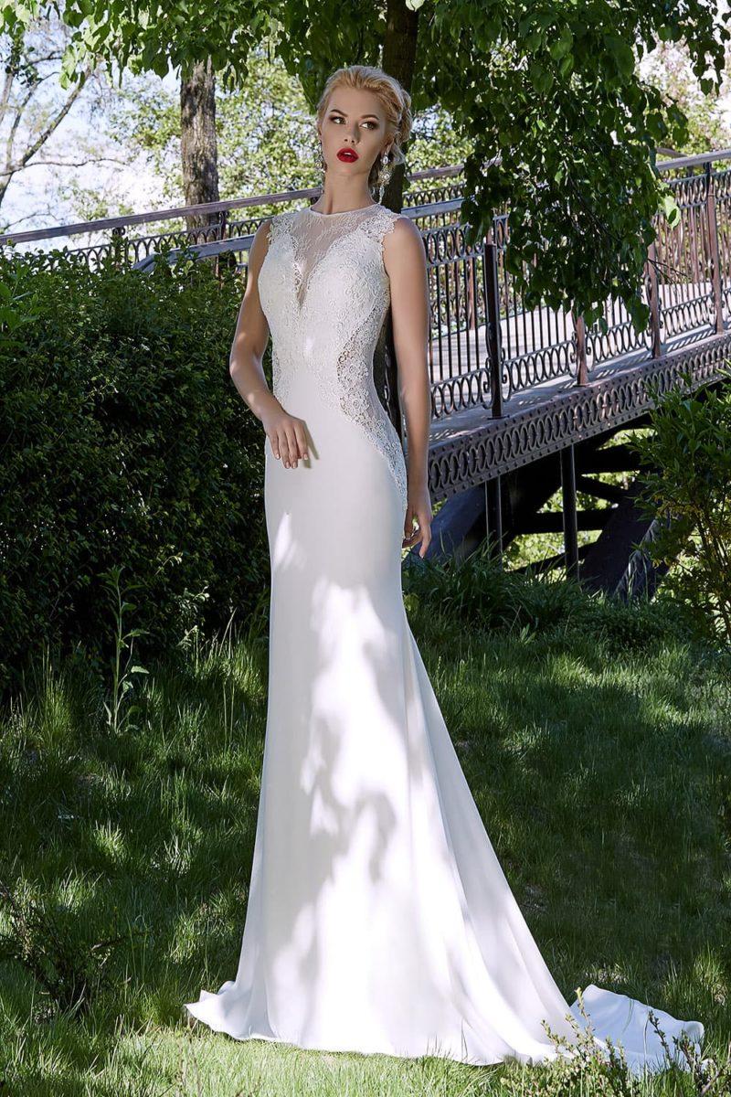 Оригинальное свадебное платье прямого кроя с кружевными вставками по бокам корсета и стильным вырезом.