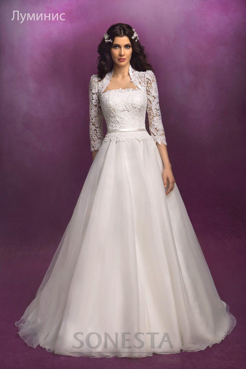 Свадебное платье с открытым корсетом, который можно дополнить кружевным болеро.