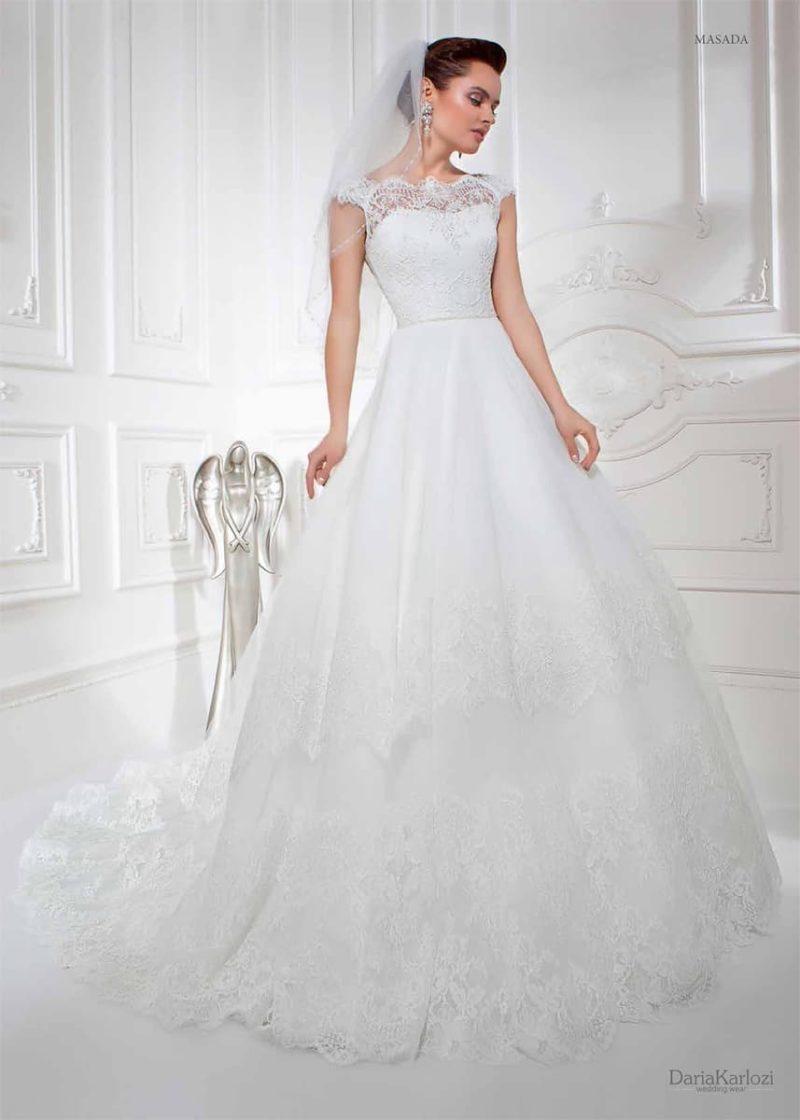 Классическое свадебное платье с элегантным корсетом, покрытым кружевом, и юбкой «трапеция».