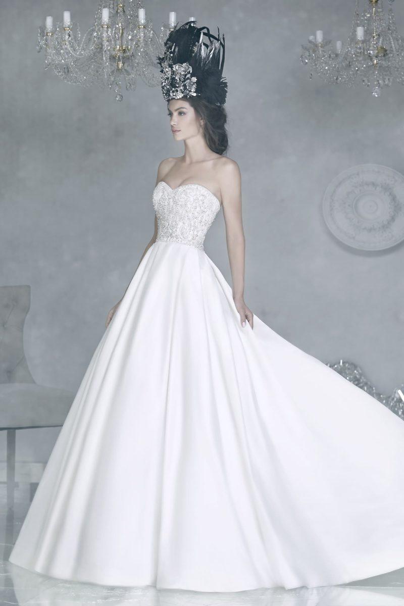 Атласное свадебное платье с соблазнительным открытым корсетом, украшенным бисерной вышивкой.