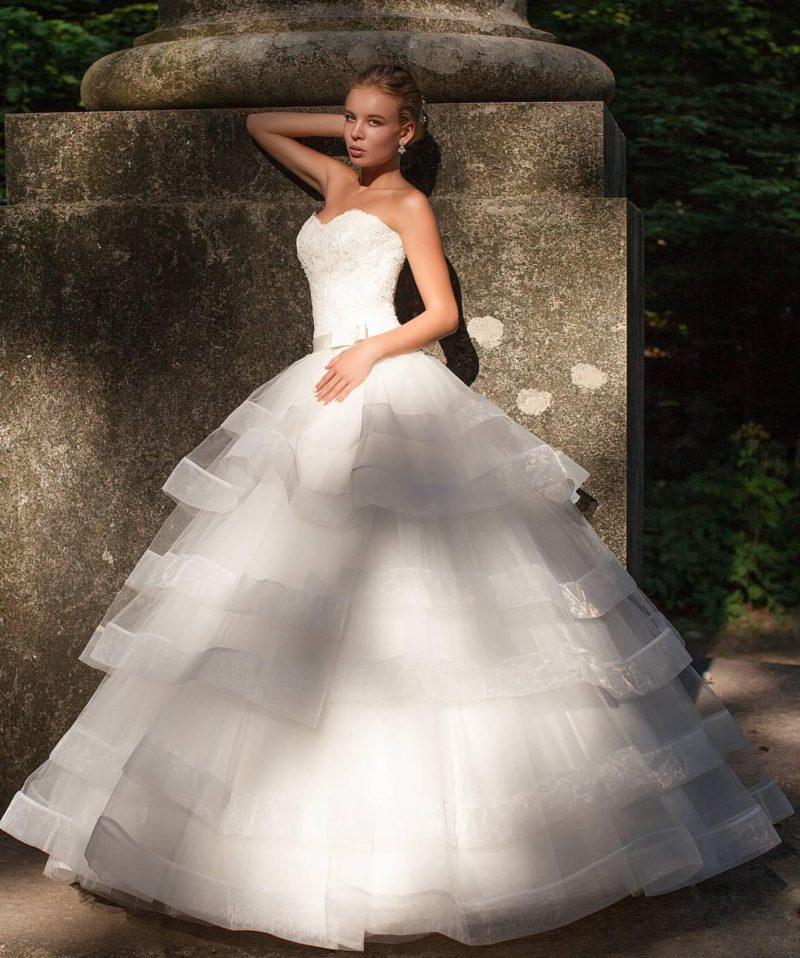 Торжественное свадебное платье пышного кроя, с многоярусной юбкой и открытым корсетом.