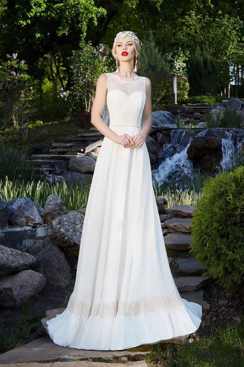 Стильное свадебное платье с глубоким декольте на спинке и утонченной прямой юбкой со шлейфом.