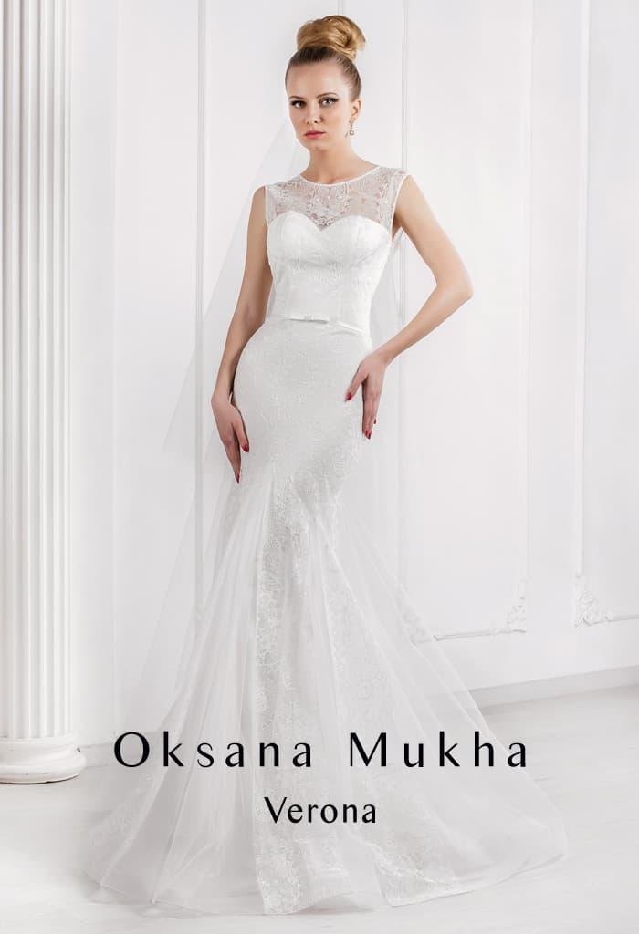 Женственное свадебное платье «русалка» с округлым вырезом и узким поясом.