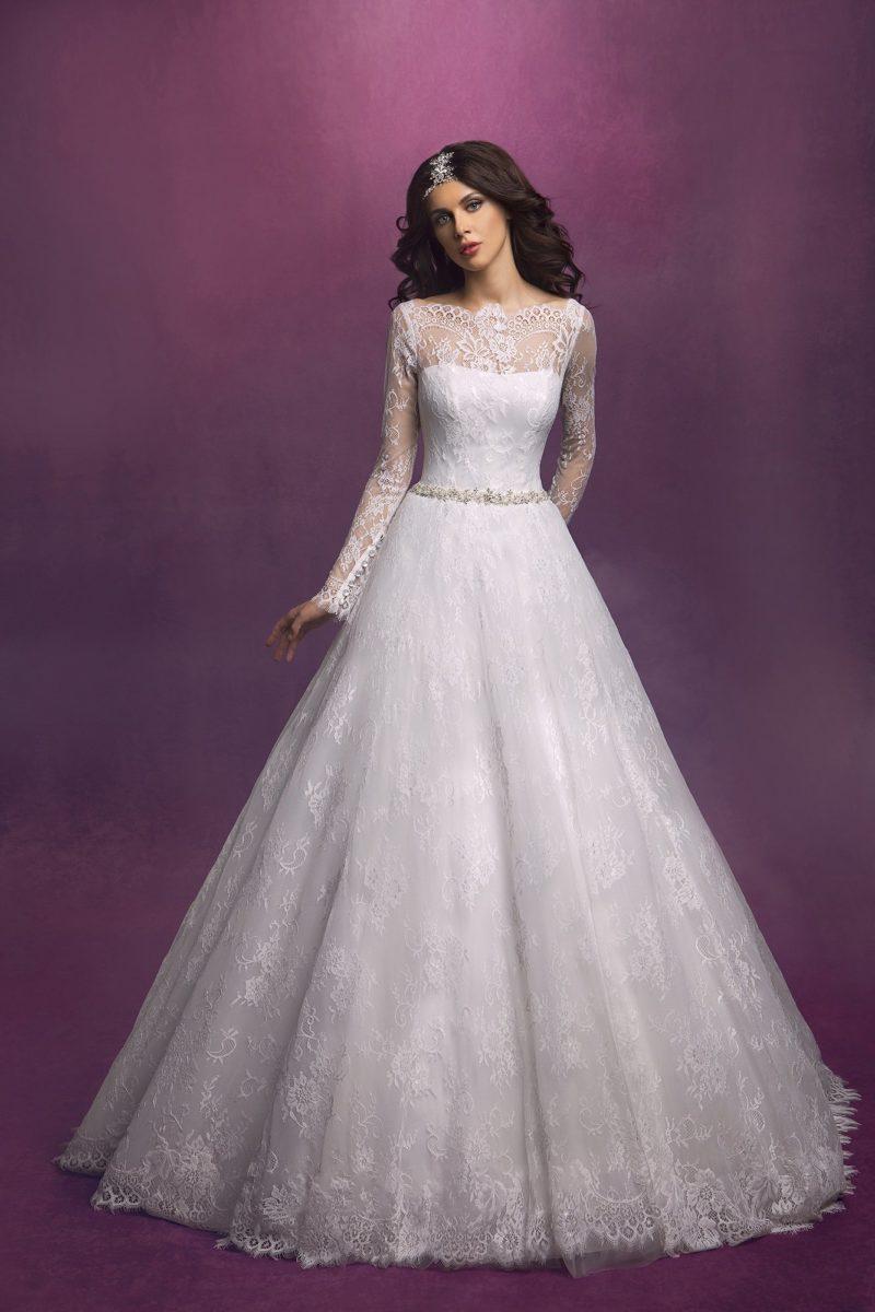 Закрытое свадебное платье с фигурным портретным декольте и длинными кружевными рукавами.