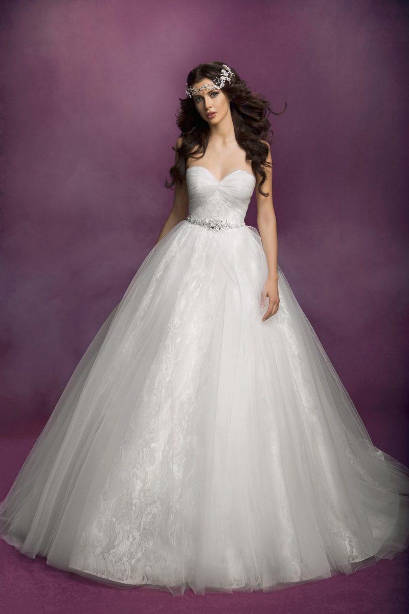 Великолепное свадебное платье с многослойным воздушным низом и изящным корсетом.