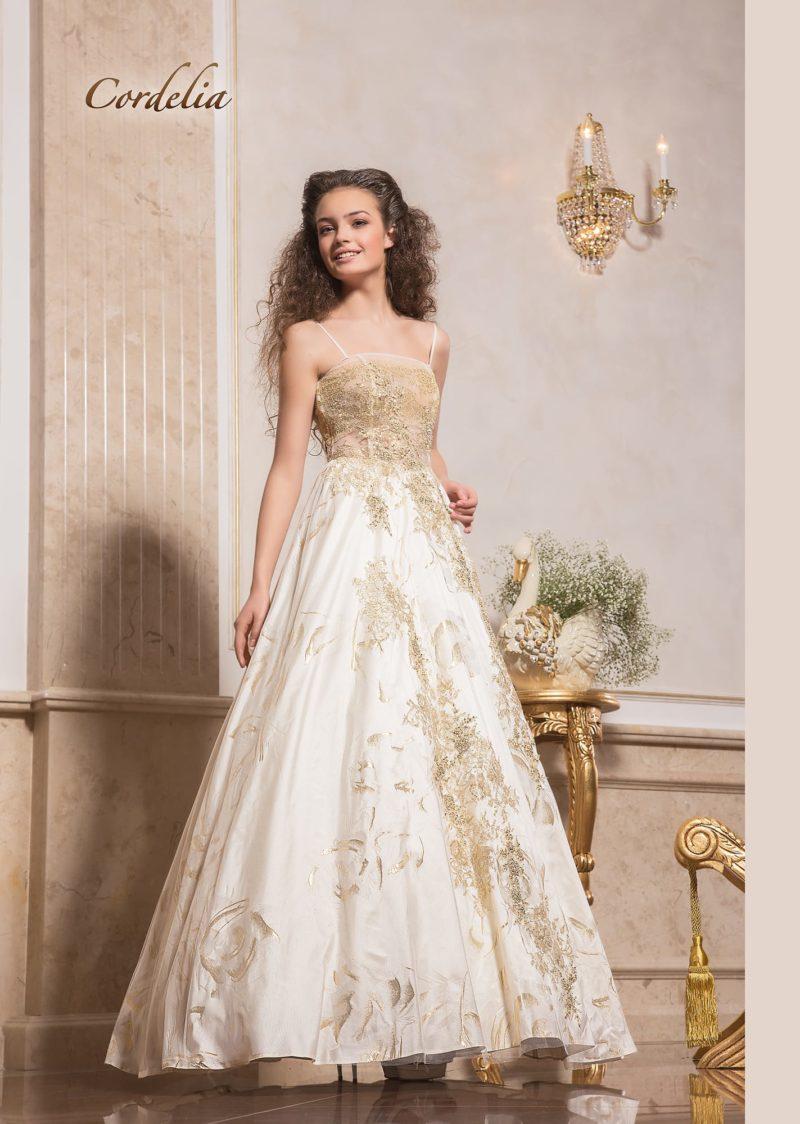 Роскошное свадебное платье А-силуэта с золотистой отделкой и закрытым лифом.