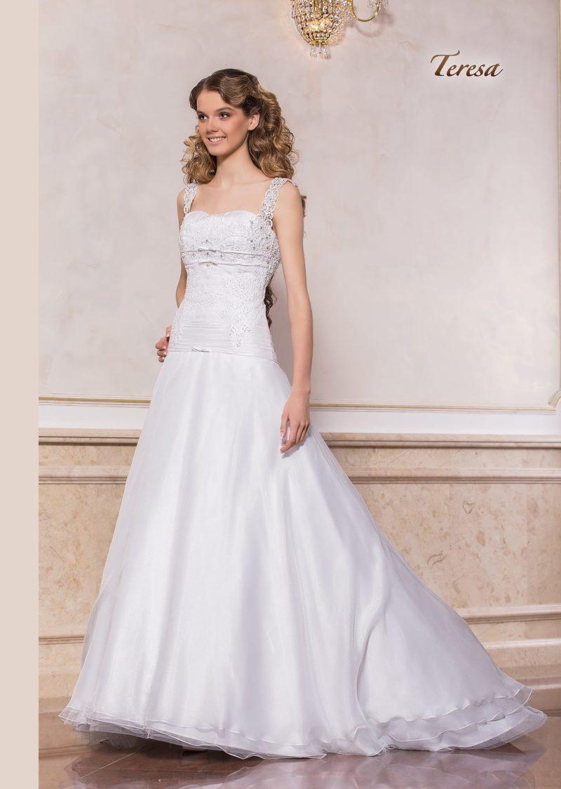 Эффектное свадебное платье с многослойной юбкой А-кроя и открытым лифом.
