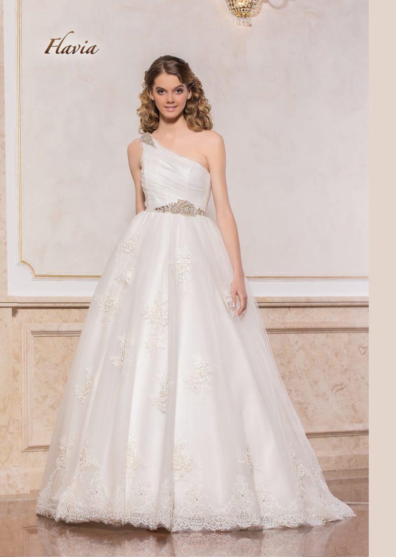 Пышное свадебное платье с бисерной отделкой и асимметричным лифом.