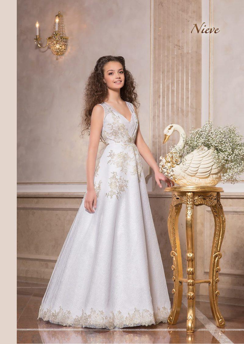 Свадебное платье А-силуэта с золотистым декором и V-образным декольте.