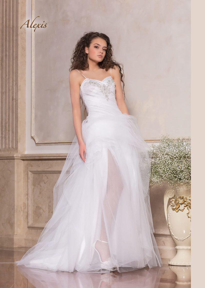 Свадебное платье с бисерным декором по лифу и полупрозрачной юбкой.
