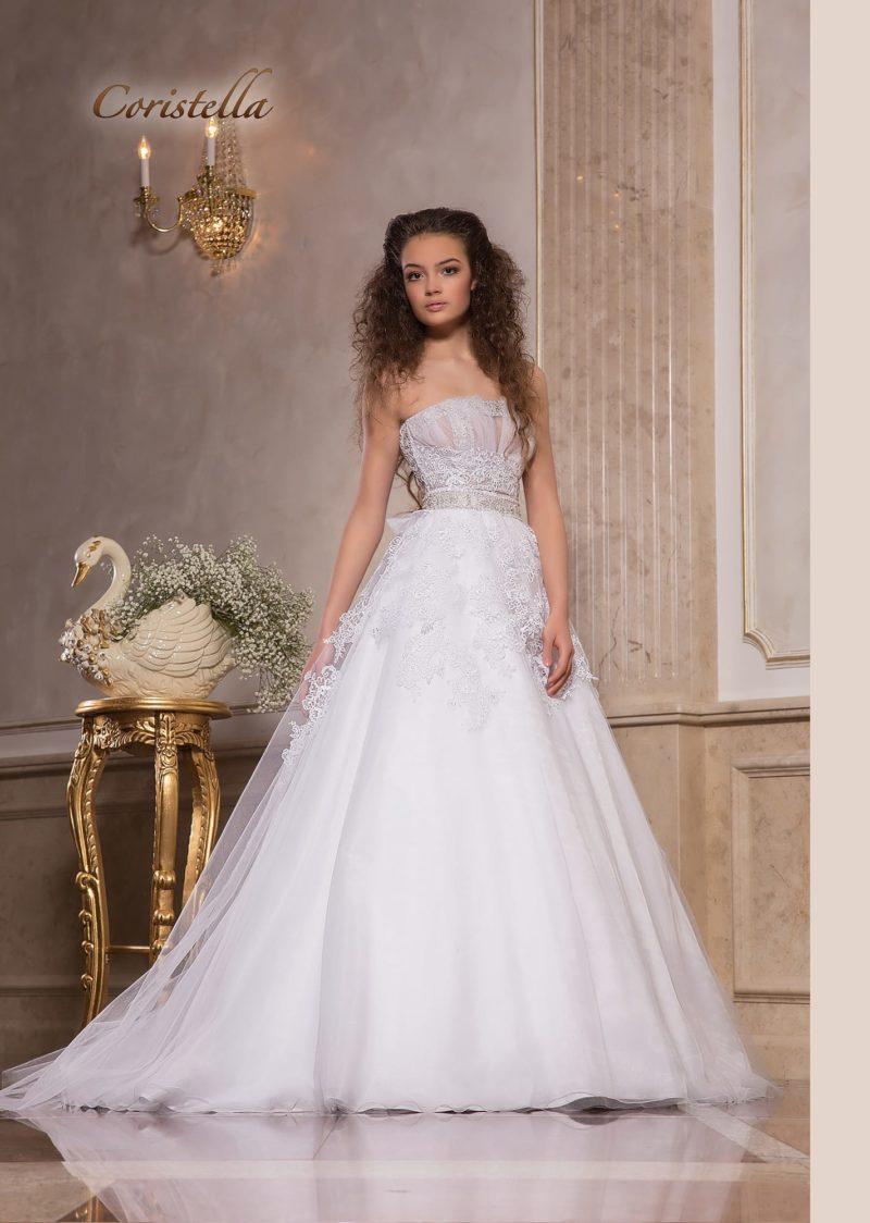 Пышное свадебное платье с открытым корсетом и кружевной отделкой.