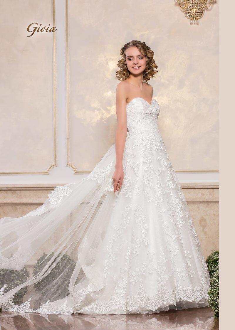 Нежное свадебное платье с атласным лифом-сердечком и многослойной юбкой.