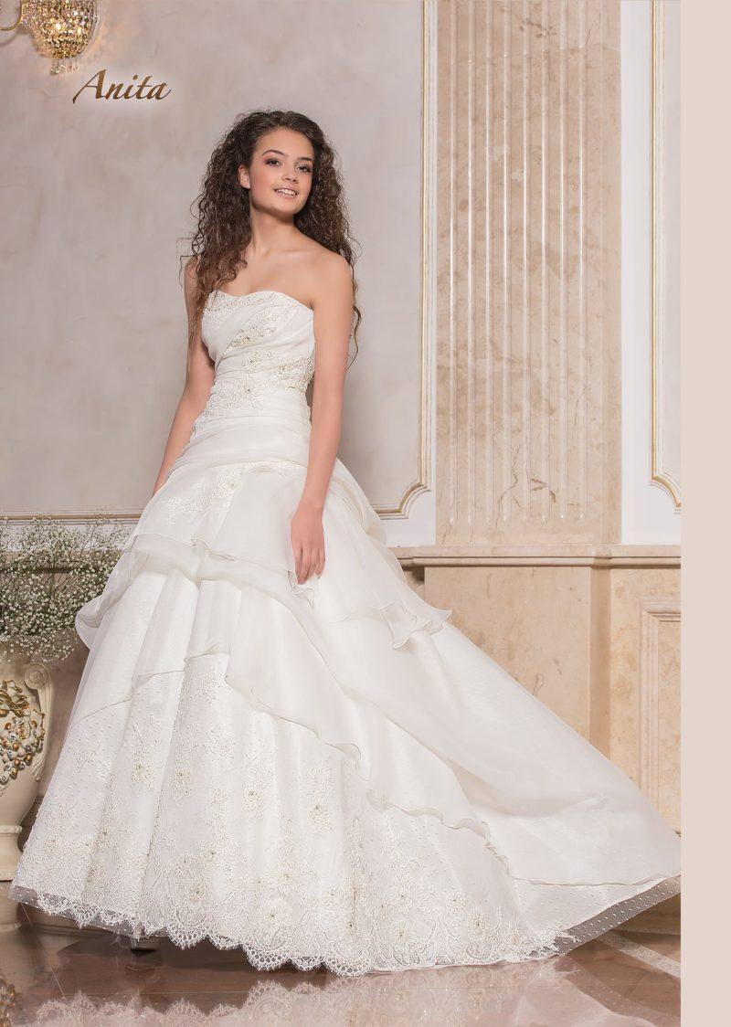 Нежное свадебное платье «принцесса» с кружевным декором и оборками.