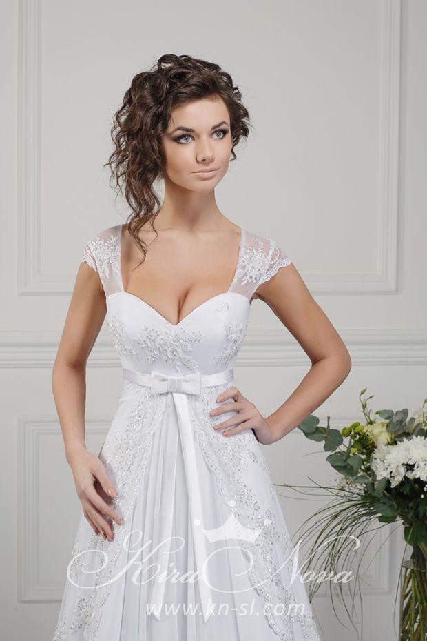 Элегантное свадебное платье из атласа, с завышенной линией талии и полупрозрачными бретелями.