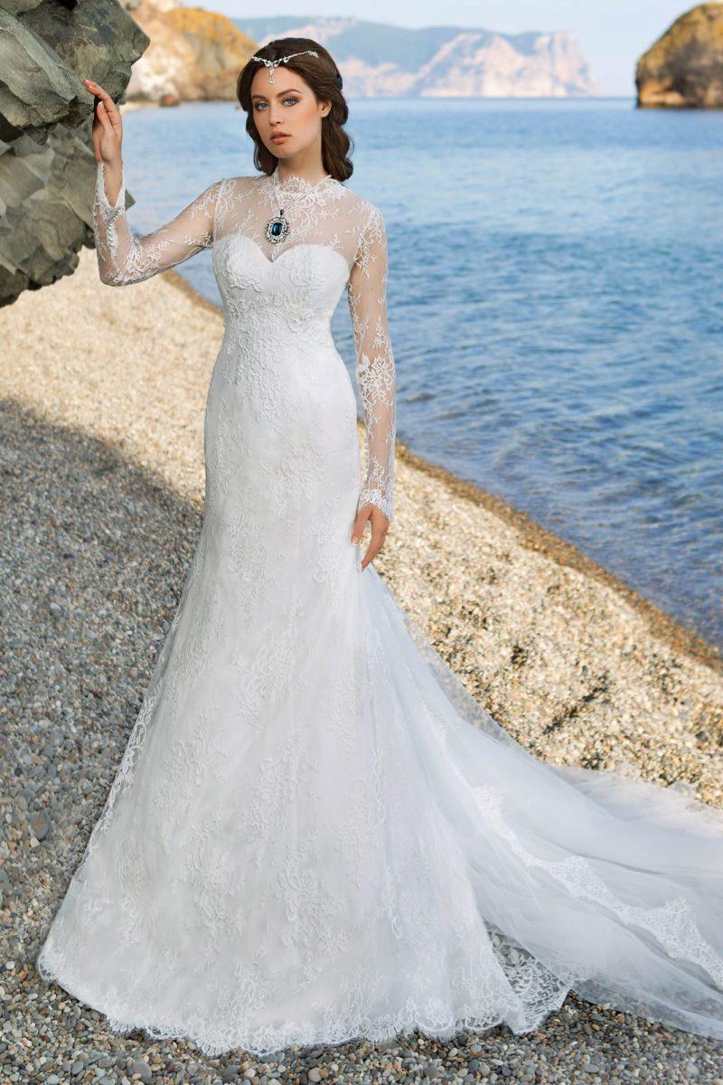 Свадебное платье «рыбка» с необычным закрытым верхом с высоким воротником и длинными рукавами.
