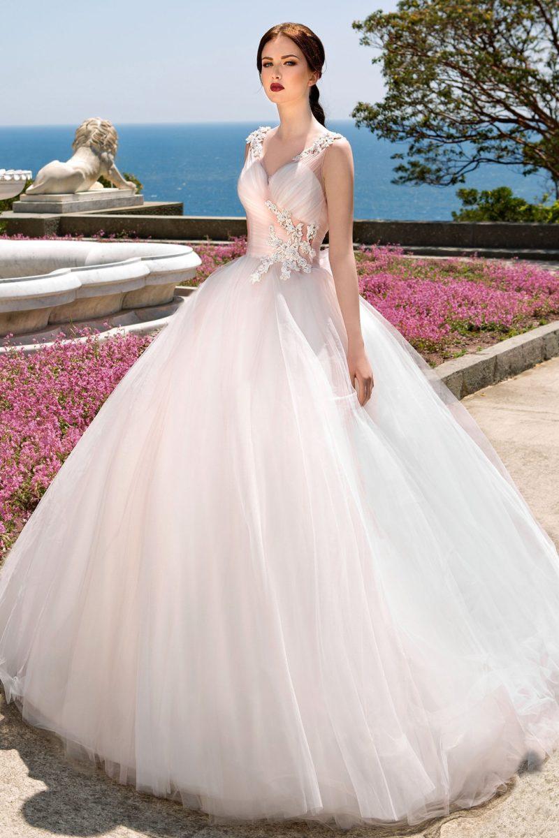 Розовое свадебное платье с драпировками по корсету и элегантной многослойной юбкой.