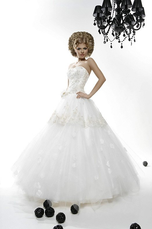 Свадебное платье А-силуэта с кружевной отделкой по верхнему слою ткани на юбке.