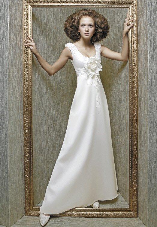 Свадебное платье с завышенной талией и пышными бутонами в качестве отделки.